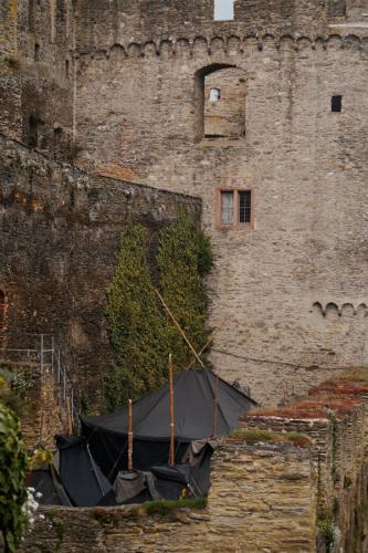 Schwarzzelte auf dem Burggelände der Burgruine Rheinfels während des Rheinischen Singewettstreites 2015, Foto: Karin Stoverock