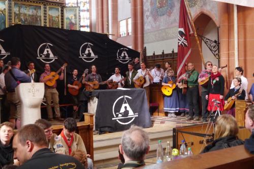 Gemeinschaftliches Singen beim Rheinischen Singewettstreit 2015 in der Katholischen Pfarrkirche St. Goar, Foto: Karin Stoverock